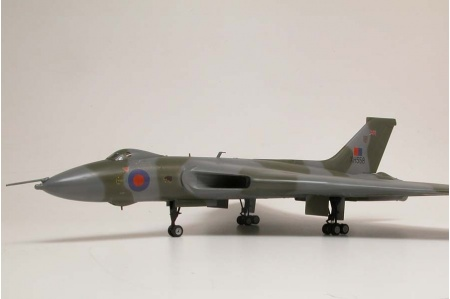 airfix-a50097-avro-vulcan-b-mk2-xh558-vulcan-to-the-sky-gift-set-picture-1